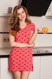 Волосы красивой девушки длинные в кухне с стоковая фотография