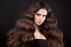 Волосы красоты Девушка брюнет с длинными сияющими волнистыми волосами красивейше Стоковая Фотография RF