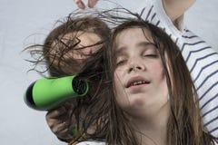 Волосы матери суша к ее дочери стоковые изображения
