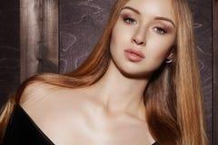 Волосы моды длинные Красивая белокурая девушка, Здоровая прямая сияющая прическа Модель женщины красоты Ровный стиль причёсок стоковая фотография rf