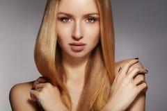 Волосы моды длинные Красивая белокурая девушка, Здоровая прямая сияющая прическа Модель женщины красоты Ровный стиль причёсок Стоковое Фото