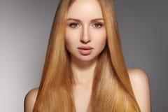 Волосы моды длинные красивейшая белокурая девушка Здоровая прямая сияющая прическа Модель женщины красоты Ровный стиль причёсок Стоковые Изображения RF