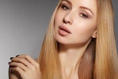 Волосы моды длинные красивейшая белокурая девушка Здоровая прямая сияющая прическа Модель женщины красоты Ровный стиль причёсок Стоковая Фотография