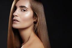 Волосы моды длинные красивейшая девушка Здоровая прямая сияющая прическа Модель женщины красоты Ровный стиль причёсок салона Стоковое Фото