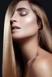 Волосы моды длинные красивейшая девушка Здоровая прямая сияющая прическа Модель женщины красоты Ровный стиль причёсок салона Стоковые Фотографии RF