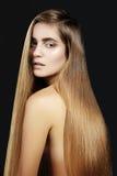 Волосы моды длинные красивейшая девушка Здоровая прямая сияющая прическа Модель женщины красоты Ровный стиль причёсок салона Стоковое Изображение