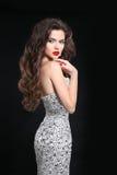 волосы Невеста женщины брюнет в платье свадьбы Элегантная дама с m Стоковое фото RF