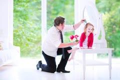 Волосы отца чистя щеткой его маленькой дочери Стоковое Изображение RF