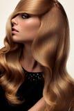 волосы Портрет красивой блондинкы с длинными волнистыми волосами Высокое qua Стоковое Фото