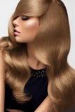 волосы Портрет красивой блондинкы с длинными волнистыми волосами Высокое qua Стоковое Изображение