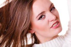 Волосы расчесывать и тяг женщины Стоковые Фотографии RF