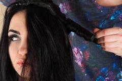 Волосы скручиваемости парикмахера завивая Стоковое Изображение
