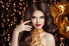 волосы состав Шикарное брюнет Красивая счастливая усмехаясь женщина po Стоковые Фото