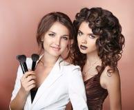 Волосы художника здоровые состав 2 красивых девушки брюнет с Стоковая Фотография
