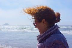 Волосы ` s женщины дуя в ветре на пляже Стоковое Изображение RF