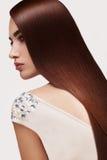волос девушки предпосылки пинк красивейших коричневых курчавых здоровый изолированный женщина портрета красивейших волос длинняя Стоковое Изображение