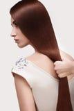 волос девушки предпосылки пинк красивейших коричневых курчавых здоровый изолированный женщина портрета красивейших волос длинняя  Стоковое Изображение RF