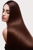 волос девушки предпосылки пинк красивейших коричневых курчавых здоровый изолированный женщина портрета красивейших волос длинняя Стоковое фото RF