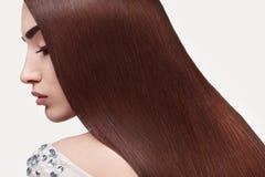 волос девушки предпосылки пинк красивейших коричневых курчавых здоровый изолированный женщина портрета красивейших волос длинняя Стоковые Изображения
