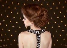 волос девушки предпосылки пинк красивейших коричневых курчавых здоровый изолированный Красивая элегантная женщина с стилем причёс Стоковое фото RF