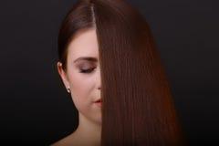 волос девушки предпосылки пинк красивейших коричневых курчавых здоровый изолированный Красивая женщина с здоровой Стоковое Изображение