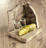 Водочка и замаринованный огурец Стоковые Фото