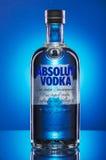 Водочка Absolut на голубой предпосылке Стоковое Изображение RF