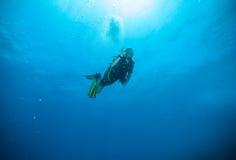 Водолаз акваланга молодого человека показывая одобренный знак Стоковые Изображения