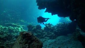 Водолаз входит в систему cavern акции видеоматериалы