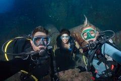 Водолаз делая selfie на предпосылке кораллового рифа стоковое фото rf