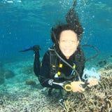 Водолаз - усмехаясь девушка под водой Стоковые Изображения RF