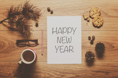 Волшебная предпосылка темы Нового Года, конусы сосны, кофе, печенья Стоковые Изображения RF