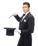 Волшебник в верхней шляпе с волшебной выходкой показа палочки Стоковое Фото