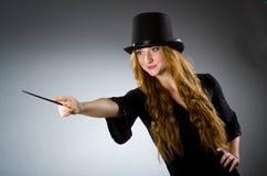 Волшебник женщины делая ее фокусы Стоковые Изображения