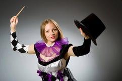Волшебник женщины делая ее фокусы Стоковые Фотографии RF