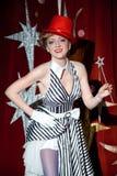 Волшебник женщины художника цирка в зареве фары Стоковое Изображение