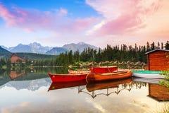 Волшебное озеро с красными шлюпками и каное Стоковое фото RF