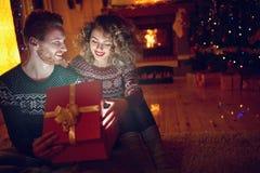 Волшебно сюрприз рождества в коробке для девушки Стоковые Фото