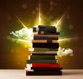 Волшебные книги с лучем волшебных светов и красочных облаков иллюстрация вектора