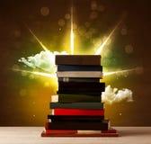 Волшебные книги с лучем волшебных светов и красочных облаков Стоковое Изображение