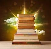 Волшебные книги с лучем волшебных светов и красочных облаков Стоковое Изображение RF