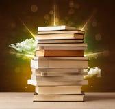 Волшебные книги с лучем волшебных светов и красочных облаков Стоковое фото RF