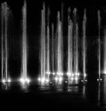 Волшебные свет и вода фонтана показывают в черно-белом Стоковое Изображение RF