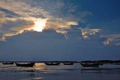 Волшебный вечер заволакивает в пляж моря Стоковые Фото