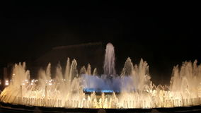 Волшебный фонтан в Барселоне на ноче сток-видео