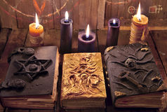 3 волшебных книги с горящими свечами на планках Стоковое Фото