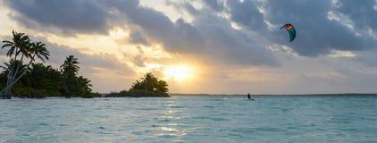 воды великобританской точной бирюзы валов вертела песка рая ладони островов острова песочной виргинские белые Стоковая Фотография