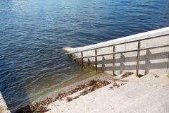 Воды flooding весны в городе стоковое изображение rf