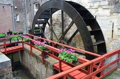 Водяная мельница катит внутри Маастрихт, Нидерланды Стоковое Изображение