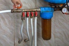 Водяная помпа для дома, руки поворачивает выключение клапан стоковые фотографии rf